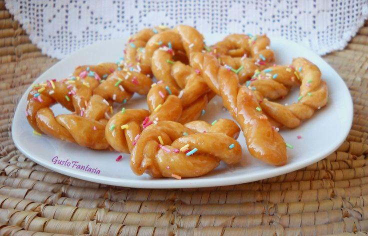 Origliettas Dolci Sardi sono delle matassine di pasta violata attorcigliata su se stessa, fritta e poi tuffata nel miele caldo aromatizzato con scorza di ..