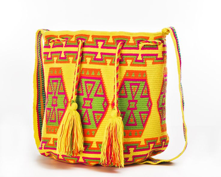Mochila wayùu: borsa a tracolla dai colori vivaci realizzata in cotone, lana e fili lavorati con la tecnica dell'uncinetto più elaborata. Presenta decorazioni applicate aggiunte. La borsa è fatta a mano e per questo è  unica ed irripetibile. larghezza 36 cm altezza 29 cm tracolla 52 cm Ogni borsa è opera dell'arte tessitrice delle donne Wayùu, popolazione indigena della Colombia.