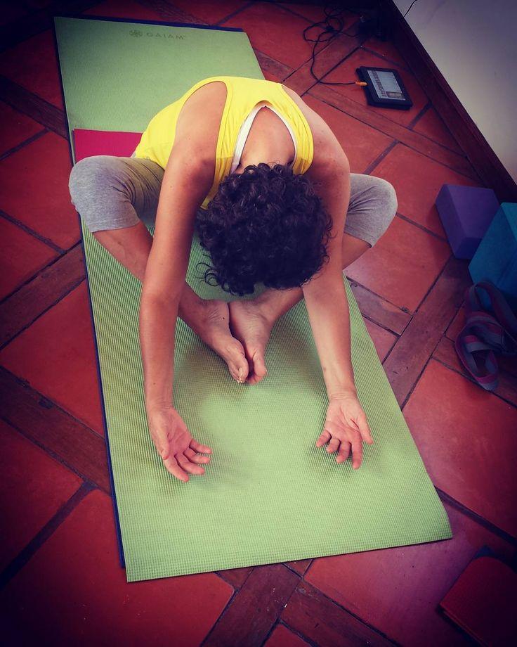 #Mariposa 5 MIN #yinyoga #Martha Inclínate hacia adelante en Baddha Konasana. Piernas forma de  Diamante. Brazos sobre el piso, palmas de la manos hacia arriba.  Efectos: estira el lado interior de tus piernas, abre y estira la cadera y la ingle, relájala y estira la columna, masaje y balance para los órganos de abdomen y sistema digestivo #namaste #sanjeronimo #monterreynl http://misstagram.com/ipost/1563272015858954214/?code=BWx252olO_m