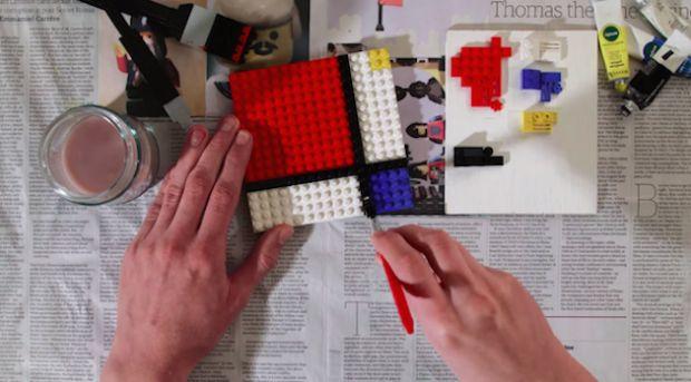 On ne compte plus le nombre de projets réalisés autour du thème de la petite brique Lego. En voici un nouveau, de Jon Rolph, réalisateur de film (aka CheesyBricks sur Youtube), qui a conçu cet incroyable film en stop motion où il « peint » à l'aide de Lego. Peinture et pinceau sont faits de briques, le rendu est bluffant de réalisme ! La manière dont la peinture s'étale sur le support ou s'imbibe sur le pinceau est incroyable…
