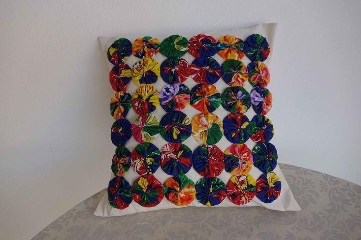 Almofada tecido algodão cru e fuxico de chita.Todo feito à mão e com carinho .Enchimento de fibra siliconisada