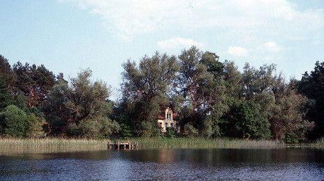 Das Fischerhaus | Das Seminar- und Fortbildungszentrum liegt am südlichen Rand der mecklenburgischen Seenplatte am Ufer des Küstrinsees, 3 km westlich von Lychen und 10 km östlich von Templin in der Uckermark. Es ist das einzige Gebäude am See.  Das Seminarhaus mit seinen drei Etagen ist sorgfältig und liebevoll renoviert. Dort befinden sich 7 Zweibettzimmer und 5 Bäder, 1 Seminarraum mit 50m² der sich direkt zum Seeufer öffnet,  1 großer Raum zum Arbeiten, Essen und Entspannen und eine…