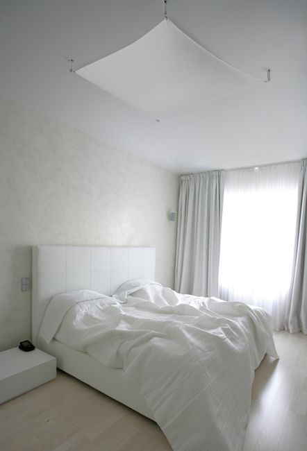 Lampa Luna, znajdująca się na zdjęciu świetnie pasuje do sypialni. Można też stosować ją w korytarzach, czy też w pokoju dziennym. Tkaninę można prać.