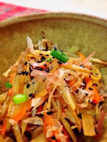 冷蔵庫にある野菜を使って野菜のきんぴら。常備菜の定番ですね。