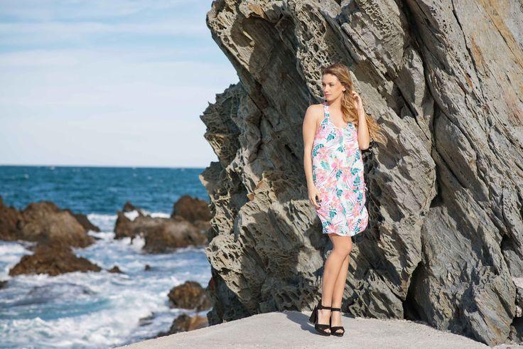 ROBE ELIA IMPRIMÉ 3 BLANC On note sa touche d'originalité avec l'empiècement fantaisie dans le dos,qui donne à cette robe courte un style décontracté.