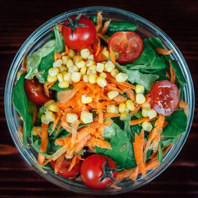 Start uken med en vitaminbombe i regnbuens farger! Dere er vel enige i at en skikkelig god salat liver opp enhver dag? 🥗😄