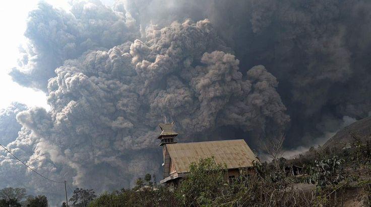 INDONESIA. En alerta por el volcán en la isla de Sumatra, el volcán Sinabung, en la isla de Sumatra, después de que se registraran nueve erupciones.El Sinabung tiene unos 2.600 metros de altura y 4 cráteres, de los cuales sólo uno se encuentra activo. Se trata de un volcán relativamente nuevo, pues se formó hace 2 millones y medio de años aproximadamente. (AFP).