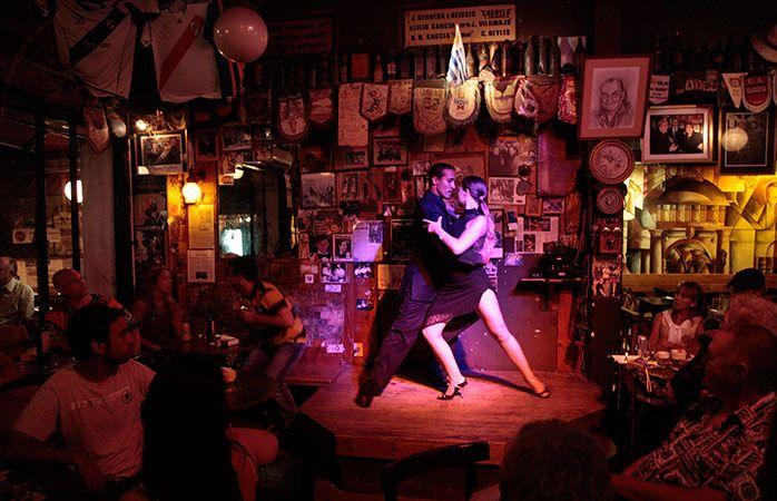 Viajar barato - Uma típica noite de tango em Montevidéu, no Uruguai.