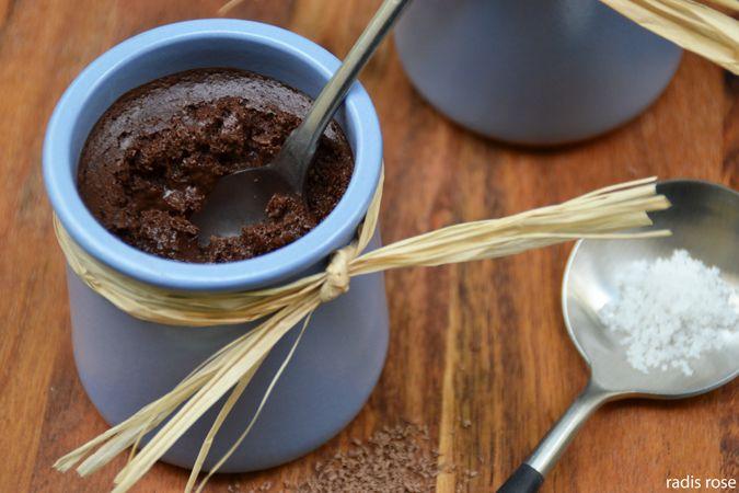 Mousse au chocolat, copeaux de chocolat et fleur de sel