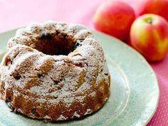 林檎とラムレーズンのケーキ (GF) 低糖質でグルテンフリーのラムレーズン入り林檎のケーキです。★by ヘルスコーチ★ Maxerbear 材料 (18cm丸型または16cmクグロフ型1個分) 林檎 (小)、小口切り 2個 レモン汁 (レモン半個分) 大さじ2 レーズン カップ1/2 ココナッツシュガー 大さじ2 シナモンパウダー 小さじ1/2 水 大さじ2 ラム酒 大さじ2 アーモンドプードル 100 g ココナッツ粉 50 g おからパウダー (またはココナッツ粉)30 g ココナッツシュガー 80 g ベーキングパウダー 小さじ1 卵、溶いておく 2個 無塩バター、溶かしておく 大さじ6 林檎のすりおろしまたはアップルソース 大さじ2~4 アーモンドエッセンス 小さじ1/2 くるみ、小さく砕いておく (オプション) 大さじ4 型に塗る油またはバター 適量 仕上げ用粉砂糖 (オプション) 適量 作り方 1 小さな鍋に林檎、レモン汁、レーズン、砂糖、シナモン、水を入れ、林檎がやわらかくなるまで約10分くらい煮ます。 2 ラム酒を加えて混ぜ、火から下ろします。 3 オ...