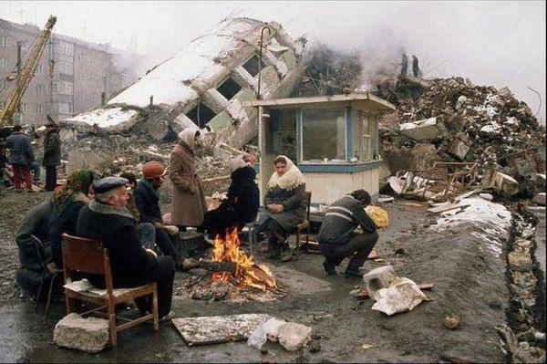 Выжившие после землетрясения в Спитаке. Армения. 1988г.
