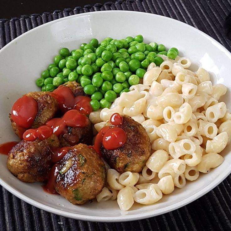Färs- och zucchini-bullar med stuvade makaroner, stevia ketchup och ärtor/lök. #anamma #formbarfärs #oatly #köttbullar #sojafärs #quornfärs #pasta #bönpasta fav comfortfood kvarg