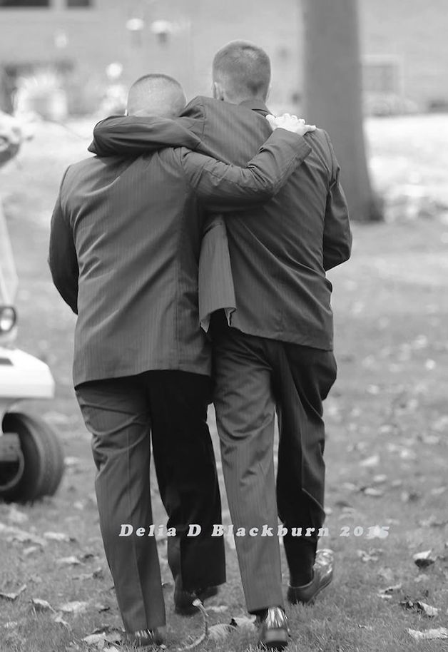 É sempre bom ver e contar histórias de pessoas que colocam a felicidade dos outros, seja de um filho, amigo ou mesmo desconhecido, na frente da sua. O exemplo do dia vem deTodd Bachman, pai de Brittany Park que, no dia do casamento da filha, não esqueceu a sua felicidade e a do homem que ajudou a criá-la: o padrasto. Todd Cendrosky é o nome...