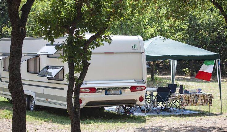 """Quanti modi ci sono di girare il mondo e fare nuove e straordinarie esperienze?  Sicuramente tantissimi, ma è innegabile che farlo immergendosi nella natura sia uno dei più belli. Ecco perché soggiornare in campeggio è davvero speciale!  Ciò che rende, però, ancor più speciale la vacanza """"en plein air"""" è poi il fatto che sia veramente alla portata di tutti e che sia una pratica aperta a tutte le tasche, come ci dimostrano questi amici e ospiti del nostro camping."""