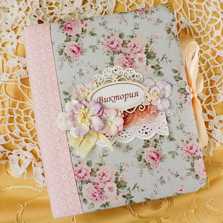 Модный фотоальбом ручной работы для девочки Леди Шеби в стиле «шеби-шик» ручной работы для поздравления маленькой принцессы в день рождения, крестины или к любому важному событию. Обложка - плотный 2мм переплётный картон, обтянутый 100% американским хлопком с цветочным принтом пастельных