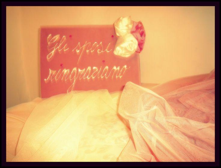 E saprò accarezzare i nuovi fiori, perché tu m'insegnasti la tenerezza. Pablo Neruda L'incanto del giorno più #bello. La #gioia dei #novelli #sposi. #ringraziamenti #wedding #tavolo #tulle #pink #white www.castellodegliangeli.com