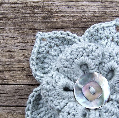 Love the two mop buttons: Crochet Flowers, Blue Flowers, Knits Crochet, Grey Flowers, Buttons Ideas, Pretty Flowers, Crochet Flowing, Beautiful Crochet, Flowers Brooches