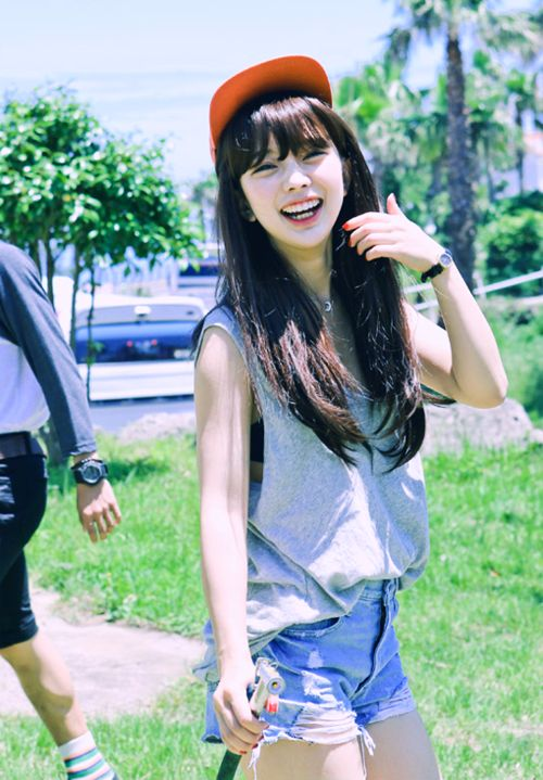 I really like this casual look that she is wearing with the grey tank top, jean shorts, and red snapback.