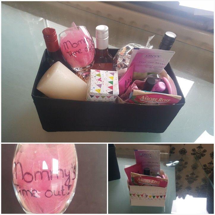 Moeders verwenpakket. Leuk om cadeau te doen voor bv. Verjaardag of als bedankje. Een doosje met o.a. nagellak,maskers,lipgloss en andere kleine beautyproducten. Een wijnglas gemaakt met de tekst mommy's time out en 3 kleine flesjes wijn.