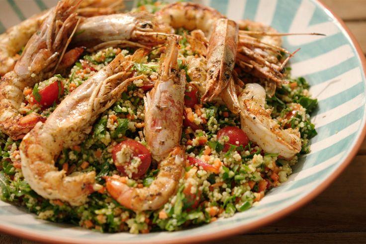 De couscoussalade die Jeroen vandaag klaarmaakt, bestaat grotendeels uit groenten met een beetje couscous. Hij is lekker fris en kan gemakkelijk van tevoren worden klaargemaakt.Omdat Jeroen de lente al wat voelt kriebelen, grilt hij de gamba
