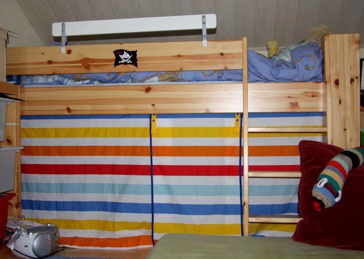 Der Vorhang fürs halbhohe Bett war schon lange geplant und zugschnitten und auch heiß ersehnt (bisher wurde die Höhle immer mit Decken geba...