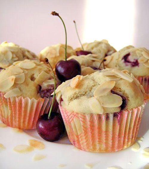 Třešňovo-mandlové muffinky s bílým jogurtem. Super na snídani, svačinu nebo letní výlet. | Veganotic