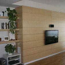 Forrado de pared de salón con tableros de madera de arce