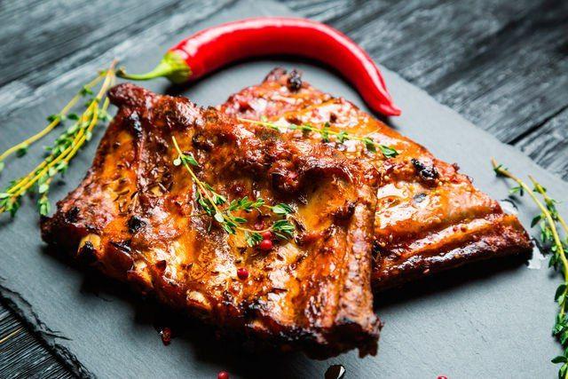 Ребрышки барбекю: секреты приготовления Ребрышки барбекю, румяные, хрустящие, с аппетитной корочкой, готовят на природе, дома на гриле или в духовке, а подают как второе блюдо с овощами и картофелем. Ваша семья непременно оценит ароматные, пикантные и сочные ребрышки, готовить которые — сплошное удовольствие! #едимдома #готовимдома #рецепты #ребрышки #барбекю #советы #какприготовить