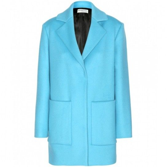 Azzurro caldo  Questo modello è perfetto per fisici tonici e donne alte.  Warm light blue This coat is perfect for tall and well toned ladies.