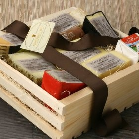 Cheese Lover`s Sampler in Gift Basket (4.5 pound)