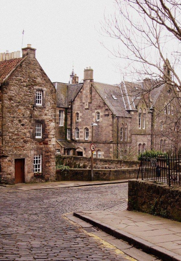Je t'emmène découvrir quelques bonnes adresses à Édimbourg : où manger ? boire un bon thé ? Faire la fiesta ? Du shopping ? Et où se loger ?                                                                                                                                                                                 Plus