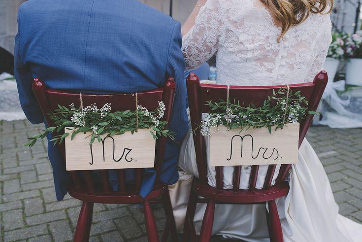 Versierde stoelen voor het bruidspaar, wat leuk!  Hoeve Kindergoed is een officiële trouwlocatie en groepsaccommodatie op een schapenboerderij in Ermelo. De locatie is te huur voor een dag(deel) of een weekend. Overnachten kan in een van de slaapzalen of op de camping. Het ervaren team helpt jullie aan een relaxte bruiloft. Ga voor meer informatie naar www.hoevekindergoed.nl