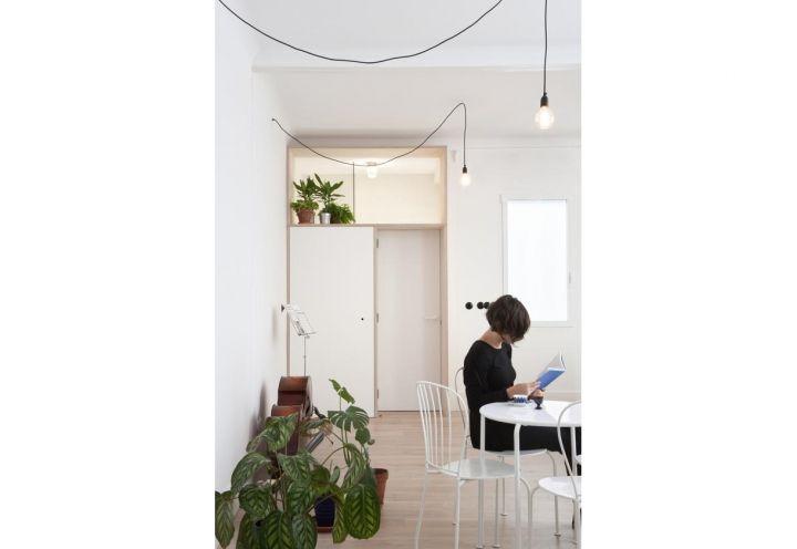 Dal living dell'appartamento madrileno firmato Buj + Colón Arquitectos si accede a una piccola camera da letto per gli ospiti, anticipata da un vano contenitore: accanto alla porta, infatti, i progettisti hanno creato un pratico guardaroba, sormontato da un lucernario
