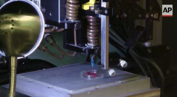 Medici e ricercatori dell'Università di #Louisville stanno tentando di costruire una copia del #cuore di un paziente malato utilizzando cellule adipose dello stesso. Una #3Dprinter avrebbe 'stampato' quello che gli scienziati chiamano un cuore 'bioficial', un mix tra naturale e artificiale.