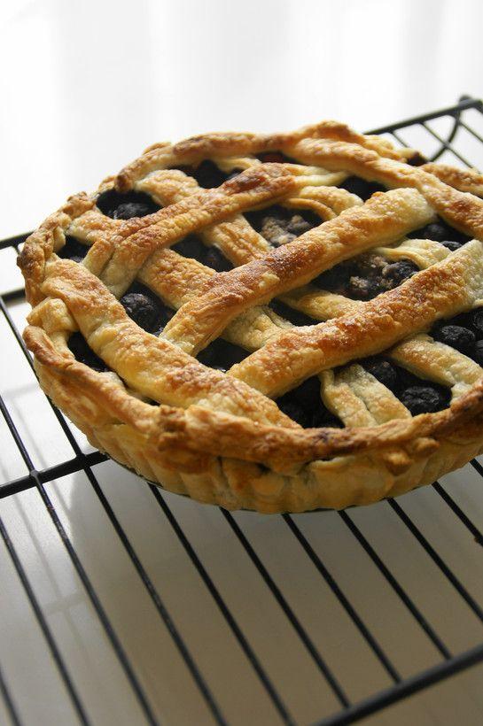 セリナちゃんのブルーベリーパイ           2011.08.11、話題入り感謝♬ とても手軽に作れるブルーベリーパイです。アメリカンレシピの甘さを控えてあります☆ うさぎのシーマ     材料 (18cmパイ皿) 冷凍ブルーベリー 300g 砂糖 40g コーンスターチ 大匙1と小匙1 薄力粉 大匙1と小匙1 シナモン 少々 冷凍パイシート(パイ皿に敷く分) 1~1枚半 冷凍パイシート(トップクラスト用) 1/2~1枚    作り方   1    冷凍パイシートは、延ばしやすい固さまで解凍し、パイ皿の大きさに合わせて延ばし敷いておきます。 2    ブルーベリー、砂糖、コーンスターチ、薄力粉、シナモンを全て混ぜ合わせます。 3    ②を、①のパイ皿に敷きこみます。 4    トップクラスト用のパイシートを延ばし、1cm幅程のリボン状に切ります。③に網目を描くように被せ、縁も同様に被せます。  5 ここで、お好みでパイ生地表面に水を薄く塗り、グラニュー糖を振りかけても。ツヤよく仕上がります。 6   200℃に予熱したオーブン上段で、30分程焼きます。 7…