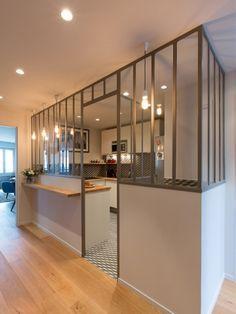 Pour que la cuisine devienne un lieu de vie convivial tout en conservant une certaine intimité par rapport à l'entrée, elle a été agrémentée d'une verrière dotée d'une généreuse ouverture. ... #maisonAPart