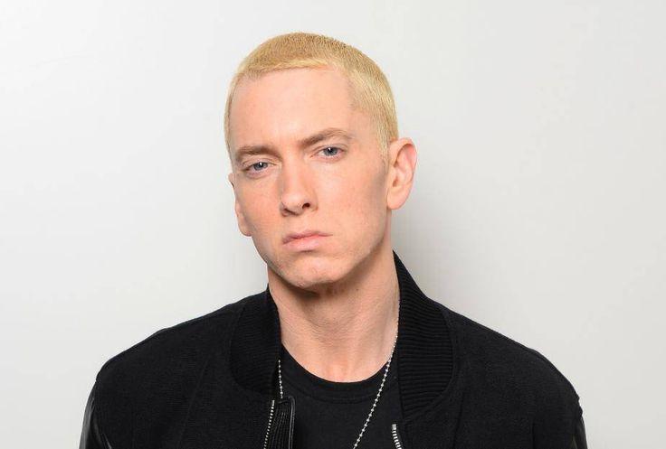 Düstere Miene, glatt rasiert und mit hellblonden Haaren – so kennen die Fans den Rapper Eminem.