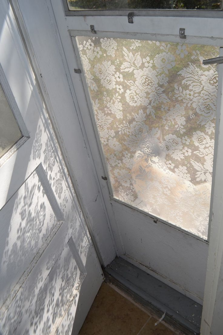 diy lace window screen tutorial (Vintage window frame or door) Used old lace-curtains cut apr. 6 cm larger than the wood frame. Staple lace -(streched) to the wood with a staplegun.