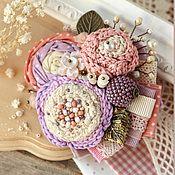 Купить или заказать Брошь 'Смородиновая' в интернет-магазине на Ярмарке Мастеров. Согревающая ягодная брошь, наполненная воспоминаниями о ягодном лете и мыслями о прекрасной осени. Крупный, выразительный букет из ягод смородины и сухих листьев. Брошь собрана из японского фактурного хлопка, множества вязаных цветочков, листьев, натуральных камней, чешского стекла. Грубая пряжа и нить альпаки придают букету особый натурально-деревенский осенний шарм.