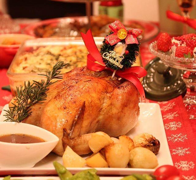 クリスマスチキン やっぱりクリスマスと言えばチキンがなくちゃ。小さめチキンだけど中にはポルチーニリゾットがたっぷりin 今年はシャスールのお鍋ごとオーブンでじっくりロースト。そしたらジューシーで今までで一番美味しくできました丸ごと玉葱もgood お鍋に鶏からでた汁はそのままで美味しいグルービーソースになりました #ローストチキン #クリスマスチキン #ポルチーニリゾット #クリスマスパーティー #instafood