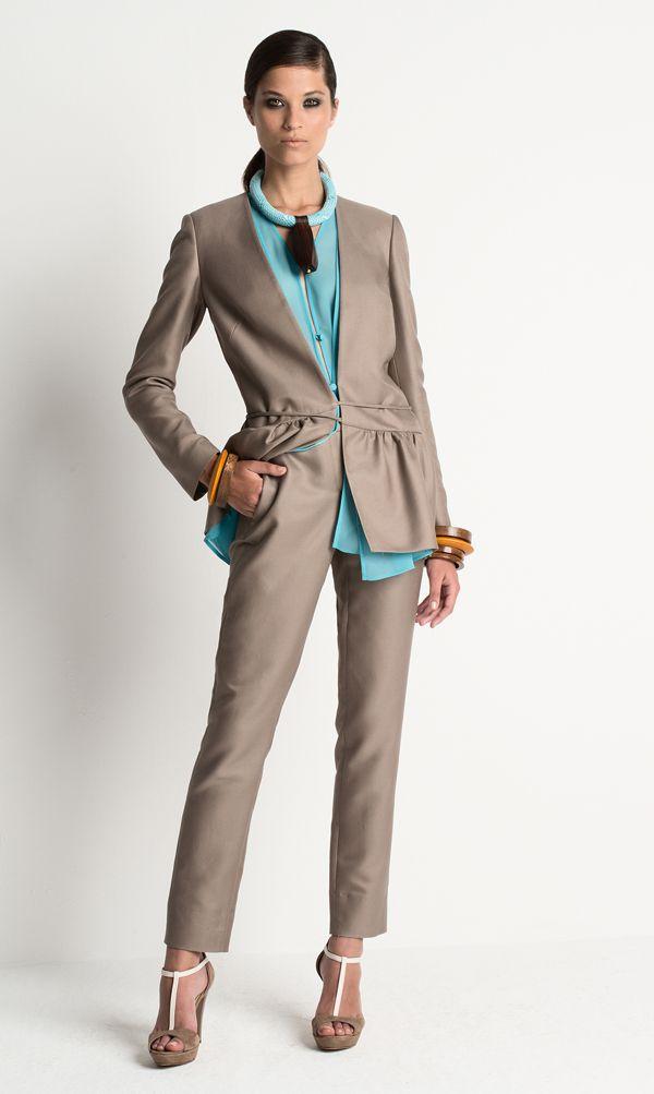 Per la Primavera/Estate 2015 Luciano Soprani ritrova il senso ludico della moda e gioca con mix di tessuti, palette cromatiche e volumi sartoriali.http://www.sfilate.it/234064/sovrapposizioni-per-giorno-abiti-sera-bon-ton-per-lestate-2015-luciano-soprani