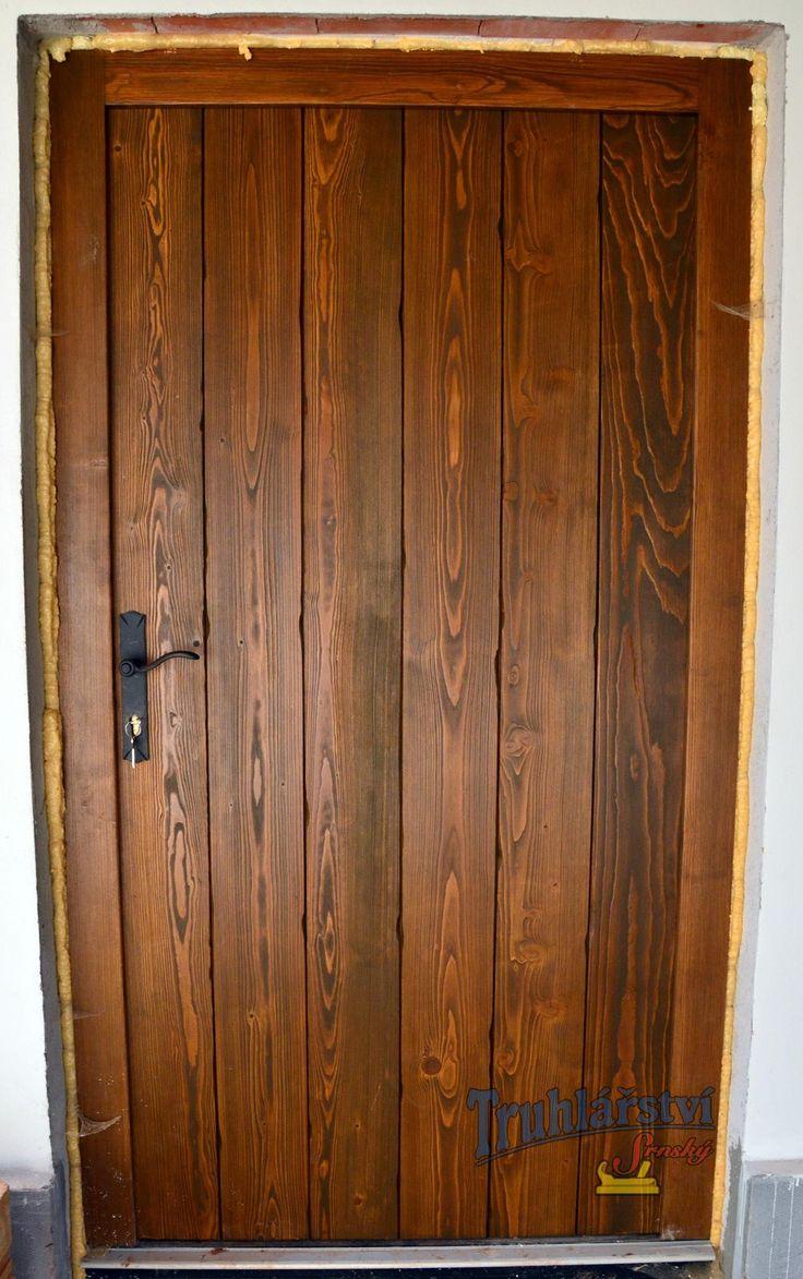 Dveře vstupní jednokřídlé, prkenné, v rámové zárubni, smrk, drásané, nátěr olejovou lazurou OSMO.