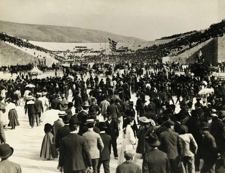 © Pessoas chegando aos Jogos Olímpicos de Atenas na Grécia. George Rinhart, 1896/ Corbis Historical via Getty Images.