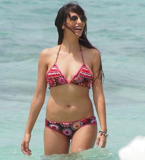 Almudena Cid pasea sus curvas por las playas de Formentera