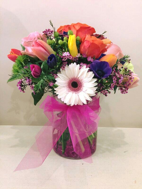 Bouquet primaverile per anniversario rose tulipani gerbera hypericum green trick anemoni wux