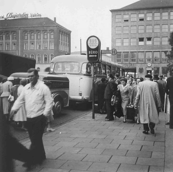 """HANNOVER Abfahrt des """"Interzonen-Busses"""" vom Ernst-August-Platz nach Berlin. Die Aufnahme ist vom Frühjahr 1956. Die Fahrzeit inklusive Grenzschikanen mit langer Warte- und Abfertigungszeit an der Zonengrenze dauerte immer ungefähr 5 Stunden"""