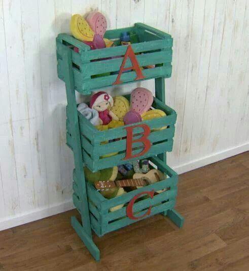 Organizador de juguetes hecho con cajones de fruta.
