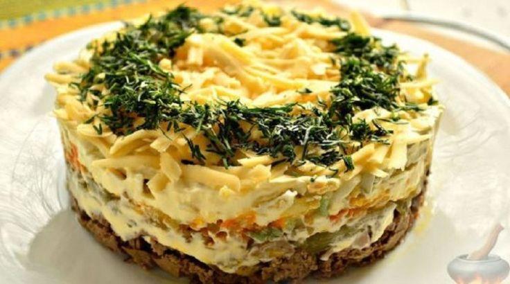 Această salată din legume și ficăței iese nemaipomenit de delicioasă, gingașă, aspectuoasă și sățioasă. O puteți pregăti atât de sărbători— va înfrumuseța orice masă festivă— sau într-o zi obișnuită, ca să-i bucurați pe cei dragi! INGREDIENTE: 350 g de ficăței de pui; o ceapă; un morcov mediu; 3 ouă; 3 castraveți marinați; 3 căței de usturoi; 100 g de cașcaval tare; maioneză— după gust; sare; mărar proaspăt; frunze de salată; ulei rafinat de floarea-soarelui— pentru prăjit. MOD DE…