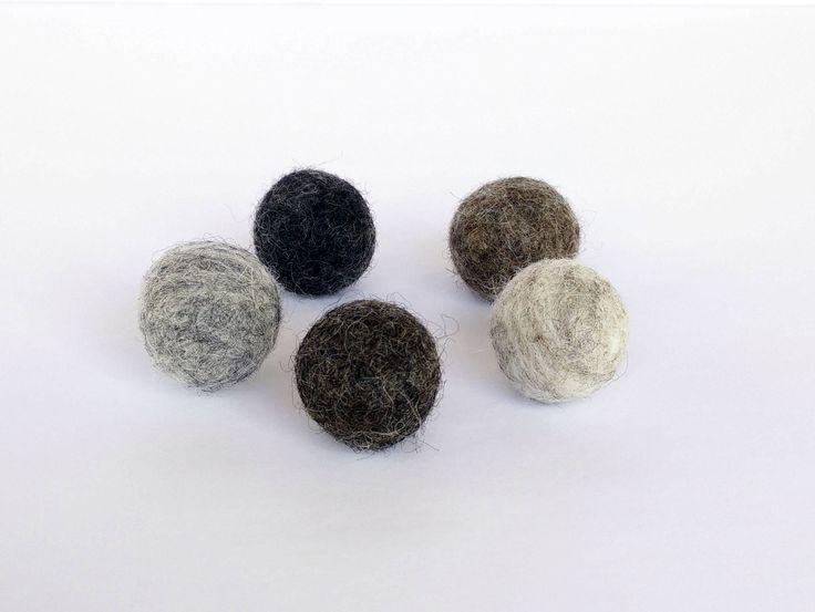 5 AIMANTS en boules de laine feutrée/pompons/magnets/nuance de gris chiné marbré/babillard aimanté/frigo/fait au Québec/terre rare/neodynium de la boutique BulleEtBallon sur Etsy