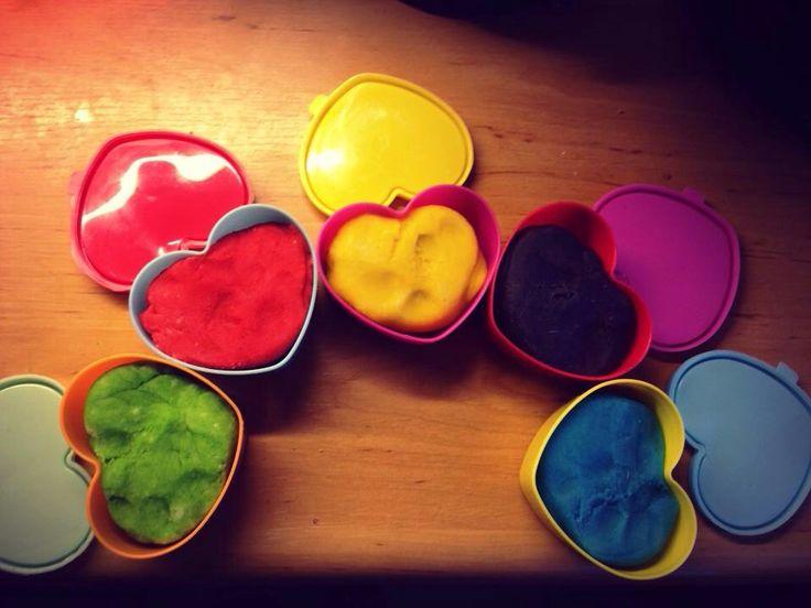 Klei playdough  1 kop bloem voedingskleurstof (toko) 1 kop kokend water een half kopje zout een lepel olijfolie